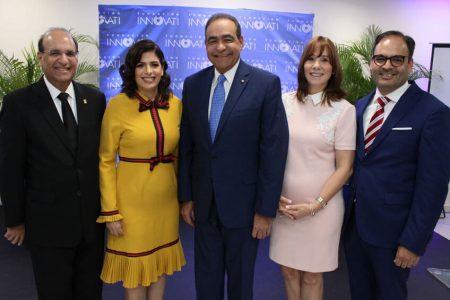 Doctor Castaños Guzman posa junto a su familia en el acto de reconocimiento de la Fundacion Innovati UNIBE