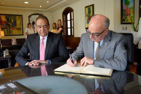 El embajador Gianlucca Grippa, junto al Dr. Castaños durante la firma del libro de visitas
