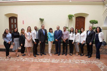 El rector Dr Julio Amado Castanos Guzman, la Embajadora Robin Bernstein y decanos de facultades de la universidad