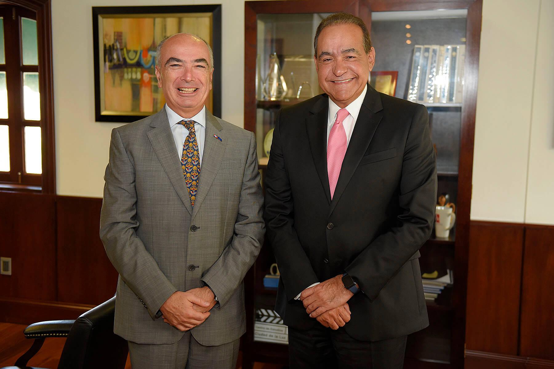 Foto principal - El embajador Gianlucca Grippa y el Dr. Julio Amado Castaños Guzmán