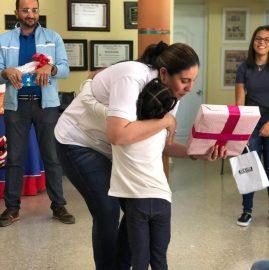 Entregando regalos Donativos - Egresados UNIBE
