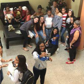 adolescentes tomando selfie - Donativos - Egresados UNIBE