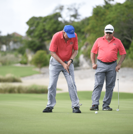 Jugando Torneo de Golf UNIBE