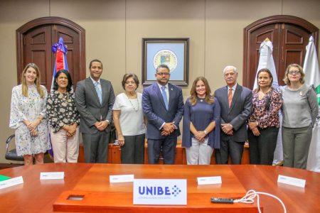 Al centro la licenciada Grace Cochón, vicerrectora administrativa y el licenciado Heiromy Castro Milanés, coordinador general de Participación Ciudadana, acompañado por decanos y directores de la Universidad, así como ejecutivos de esa entidad.