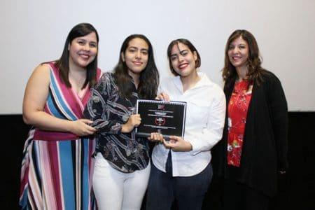 Las estudiantes Gia Moreno y Alessa Pimentel mientras recibían sus reconocimientos