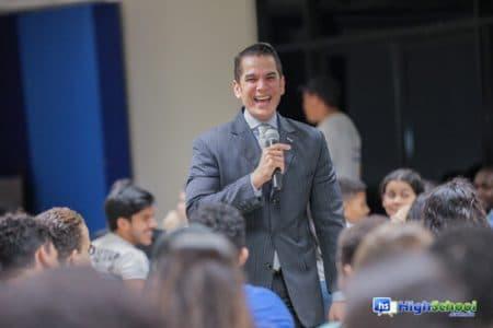 El director de Mercadeo Institucional de UNIBE, licenciado José Martín Morillo, durante su intervención y recibimiento de todos los estudiantes.