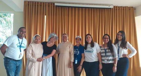 Parte del personal docente y administrativo junto a los miembros del hogar infantil.