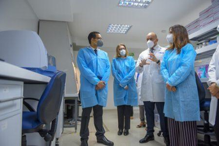 El doctor Robert Paulino – Ramírez, durante el recorrido, explica la funcionalidad de las áreas y sus respectivos equipos.