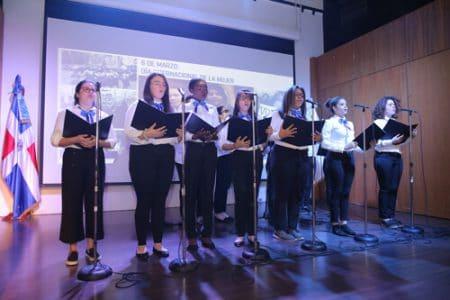 Estudiantes del coro de la universidad durante su interpretación en el acto de conmemoración