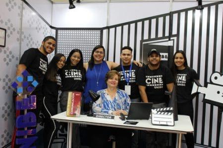 Los estudiantes de las Escuelas de Comunicación y Diseño de Interiores acompañados de las directoras Cristina Zapata y Sandra Gómez.