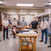 Integrantes de UNIBE e INTEC durante la entrega de piezas para los respiradores automáticos