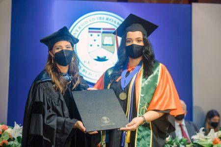 La doctora Odile Camilo mientras hace entrega de los diplomas