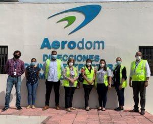 Colaboradores de Unibe y Aerodom durante la visita de campo.