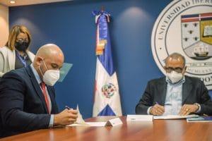 El doctor Robert Paulino – Ramírez, mientras rubricaba el acuerdo entre ambas entidades.