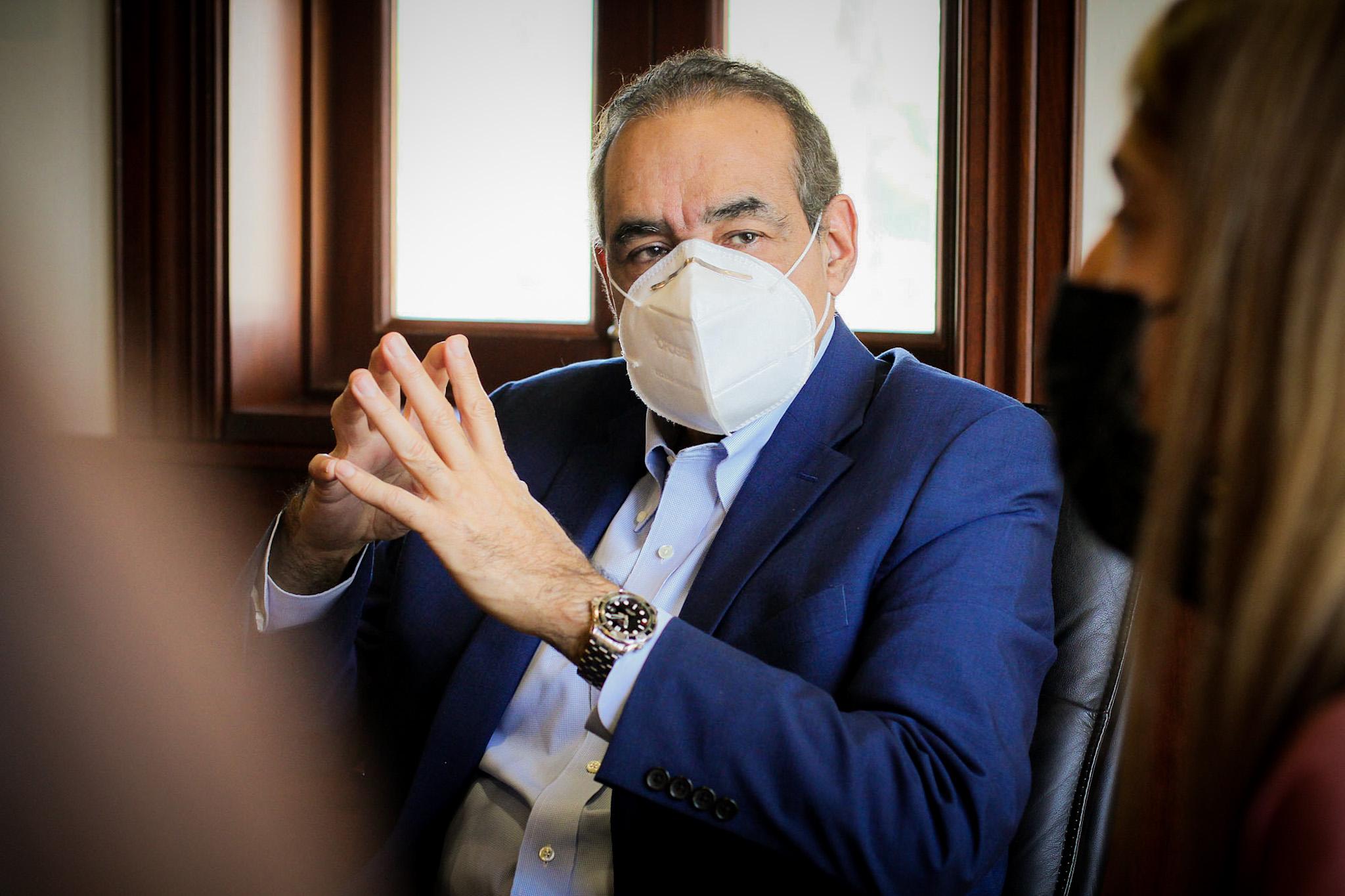 El doctor Julio A. Castaños Guzmán, durante el encuentro realizado en su despacho.