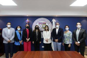 Autoridades de Unibe, junto a la viceministra durante su visita a las instalaciones del Imtsag.