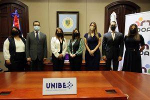 Autoridades de Unibe y Adoarh que estuvieron presentes en la firma