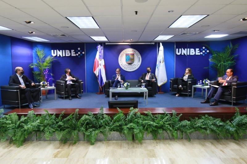 Parte de los panelistas durante el intercambio sectorial celebrado dentro del marco de este encuentro.