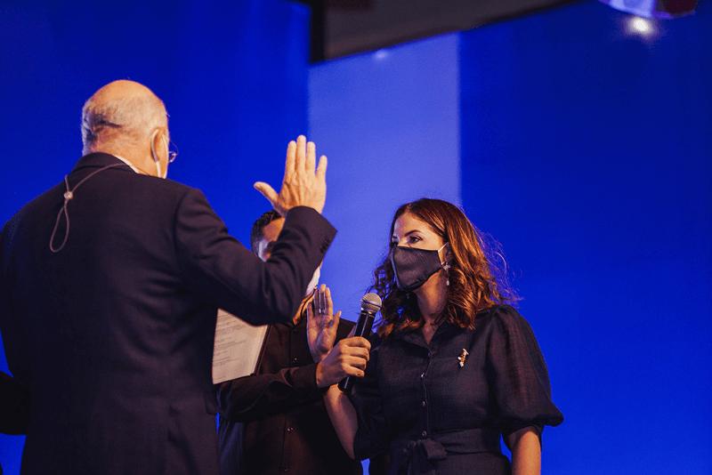 La doctora Odile Camilo Vincent, mientras era juramentada como nueva rectora por el doctor Gustavo Batista.